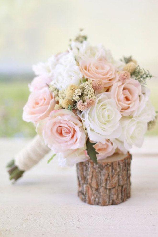 Un très joli bouquet de mariée, avec des roses couleur pastel.