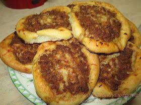 Αγαπημένες ψωμοπιτούλες γεμιστές με κιμά!!! Υλικά: 200 γρ. γάλα 100 γρ. νερό χλιαρό 1 φακελάκι ξερή μαγιά ή 1/2 κύβο μαγιά...
