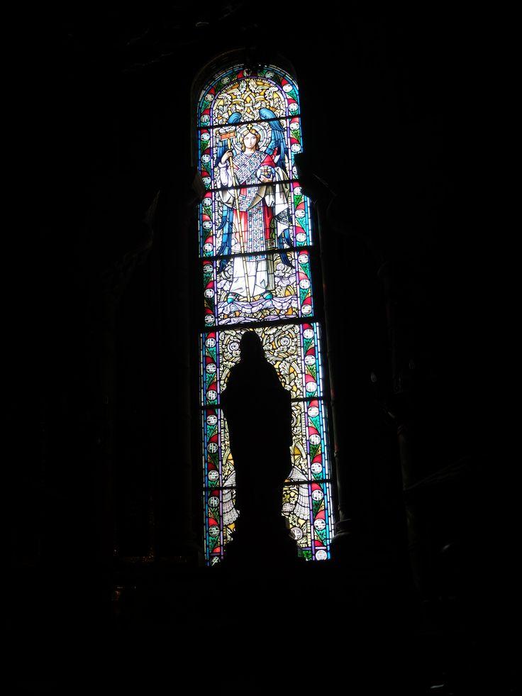 Cripta. Capilla de Nuestra Señora de Vallivana,. Vidriera e imagen al trasluz