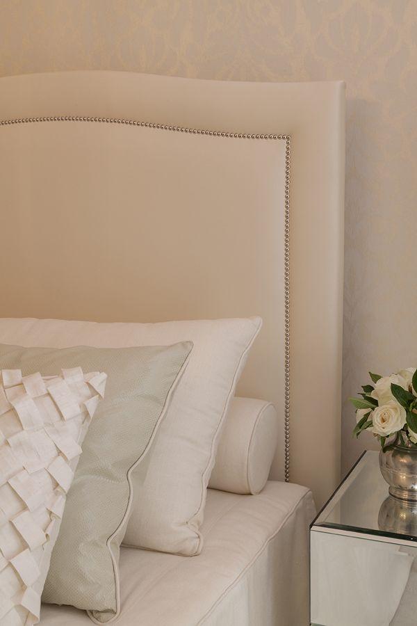 Inspiração de decor: quartos de casal com móveis espelhados e cabeceira estofada