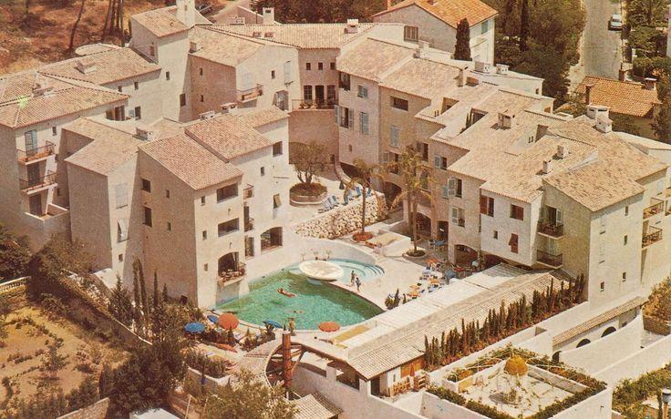 Le Byblos à Saint-Tropez Hôtel mythique Riviera piscine vintage Riviera Côte d'Azur http://www.vogue.fr/voyages/hotel/diaporama/le-byblos-saint-tropez-htel-mythique-riviera/21984#le-byblos-saint-tropez-htel-mythique-riviera-14