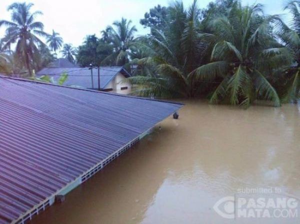 Penampakan Parahnya Banjir di Sumbar: Mobil hingga Kantor Polisi Terendam…