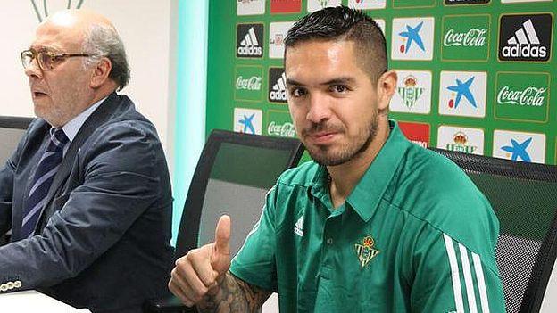 Juan Vargas fue presentado a lo grande en el Real Betis de España