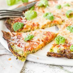Pizza ohne Mehl? Na klar, mit einem Boden aus Zucchini, Ei und würzigem Käse. EineVariante des italienischen Klassikers für alle Low Carb Verfechter.