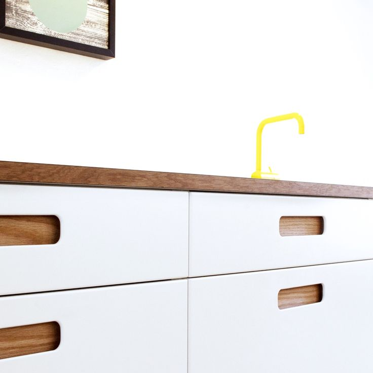 The Basis 02 kitchen from Reform has a modern and streamlined look with its oblong handle with smooth and soft corners.