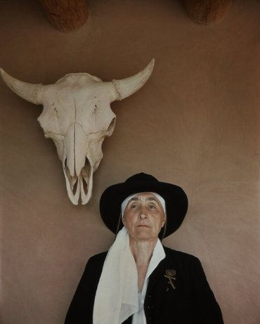 with skull, Abiquiu, USA, 1948.  Photo.: Philippe Halsman