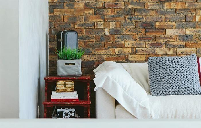 Revista Arquitetura e Construção - Loft moderno com paredes de cimento queimado e muito amarelo