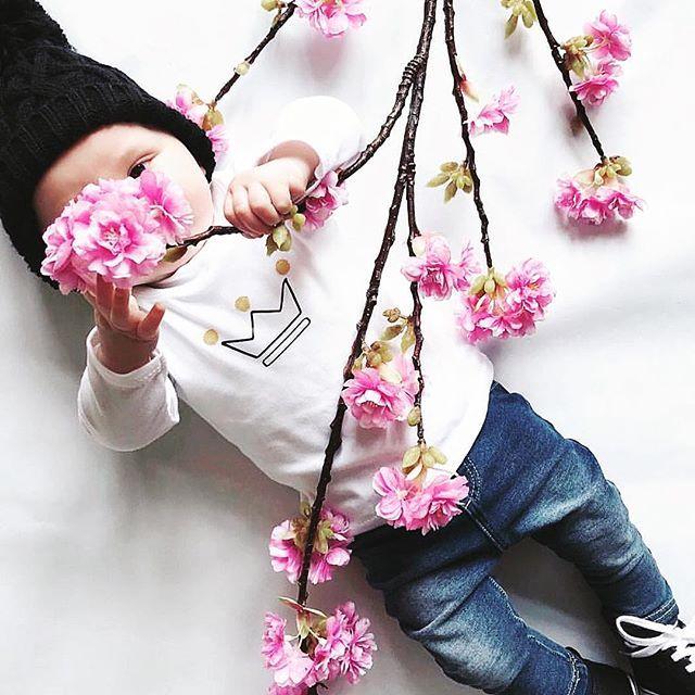 This cutie showing us that spring has sprung 😍. Thanks for sharing @victoriacarser 😘. • • • • #babytop #babyboyclothes #babybiyfashion #unisexbabyclothes #unisexbabyclothing #cutebaby #babysofig #spring #babieswithstyle #babystyle #modernbaby #babyshowergift #babyboutique #shopsmall #independantlabel #independentbrand #babybrand #childrensbrand #madeintheuk #organic #ethicallymade #ethical #crown #babycrown