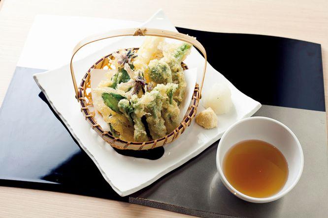代官山に使い勝手のよい和のカフェが。 | 昼は定食、カフェタイムは和のスイーツ、夜は「山菜の天ぷらの盛り合わせ」などの一品料理や「プチ懐石コース」2,730円を提供する。カウンターや個室もあり、使い勝手がいい。  楚々  ●東京都渋谷区恵比寿西1-34-28 1F TEL 03 6416 9827。11時30分〜23時30分LO(ランチ〜14時30分LO、カフェ〜17時LO)。火曜休。
