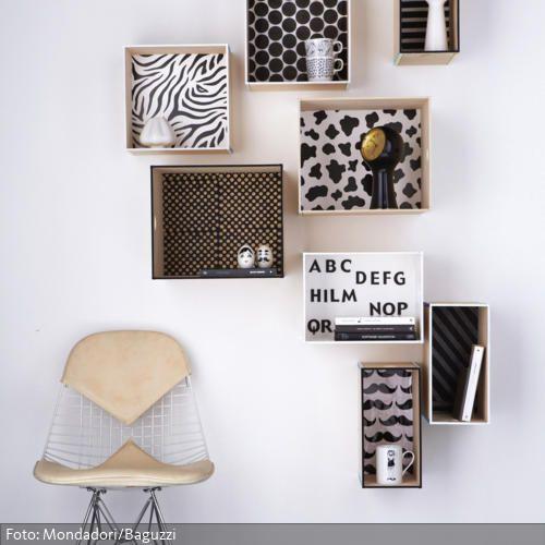 Ein einfaches DIY-Regalsystem kann man aus individuell gestalteten Boxen selber leicht bauen. Die Innenseiten der Boxen einfach mit beliebigen Dekopapier bekleben und anschließend die Fächer an der Wand befestigen. Mehr tolle Ideen zu Wandregalen auf www.roomido.com/wohnen-einrichten/ideen/wandregal