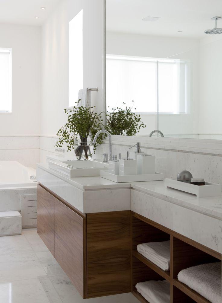 Decoração de: Banheiro; armário embutido de madeira; Casa de Valentina