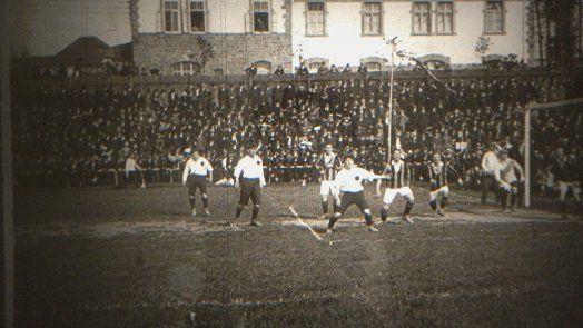 ...alteste deutsche Filmaufnahme von einem Fußballspiel in Deutschland 1910:Phönix Karlsruher -Karlsruher  FV 1:2 - gefunden im Londoner Archiv- damals mit 8000 Zuschauern