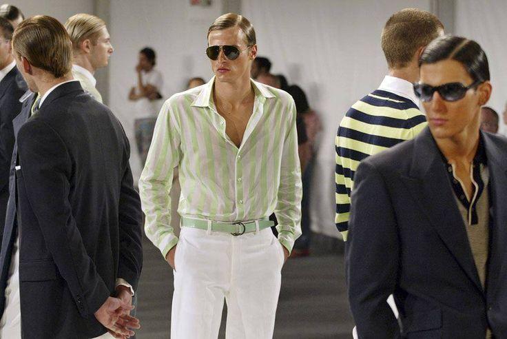 Em um dia como hoje, em 03 de março de 1940, nascia o designer de moda Perry Ellis .  Perry Ellis (03 de março de 1940 - 08:15 30 de maio de 1986) foi um designer de moda americano que fundou uma casa de roupa esportiva em meados da década de 1970.  Nesta imagem: O modelo veste uma camisa listrada branca e verde/  calças de algodão branco, cinto de pele de cobra e óculos de sol, durante a exibição da coleção Perry Ellis menswear da Primavera de 2005, em Nova Iorque, quarta-feira, setembro 8…