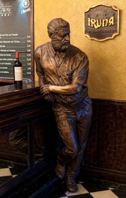 Café Iruña Hemingway Statue