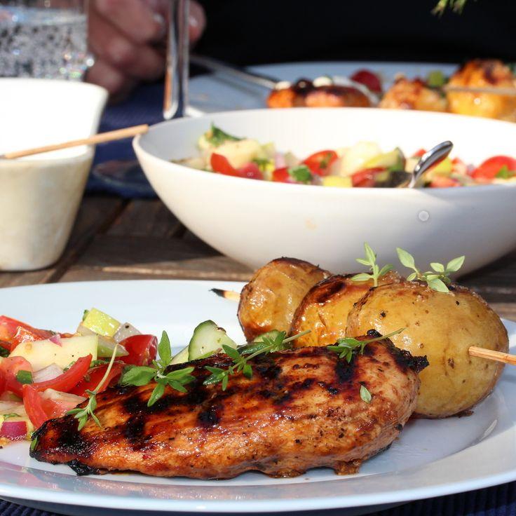 Honning- og urtemarinert kylling med grillede nypoteter og hvitløkskrem