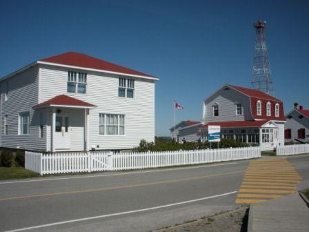 Maisons du phare de Pointe-au-Père et phare actuel <b>Crédit</b> : Tourisme Bas-Saint-Laurent