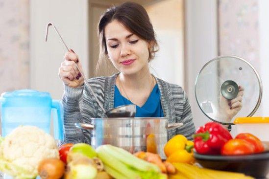 Doce alimentos para combatir el cáncer Los expertos recomiendan que en los platos de comida debe haber dos tercios de estos ingredientes