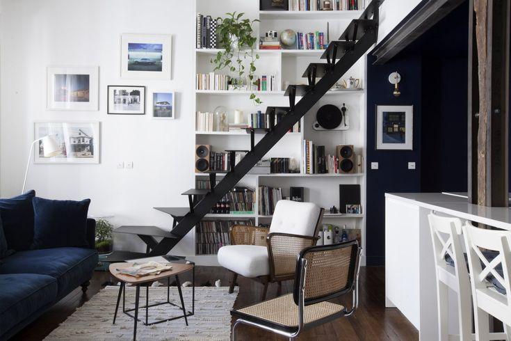 Salon blanc et bleu avec escalier Salons / Living Rooms