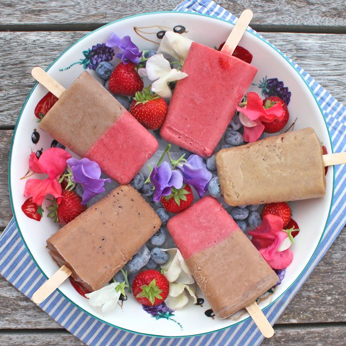 Creamy Summer Ice Lollies: banana, coconut milk, dates, cacao powder, strawberries. sugar free, dairy free.