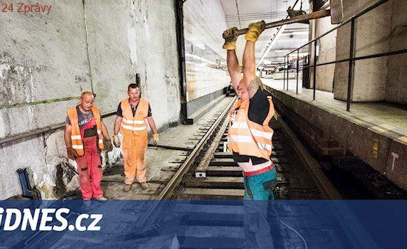 U Muzea začala výměna starých pražců, výluka metra potrvá do neděle
