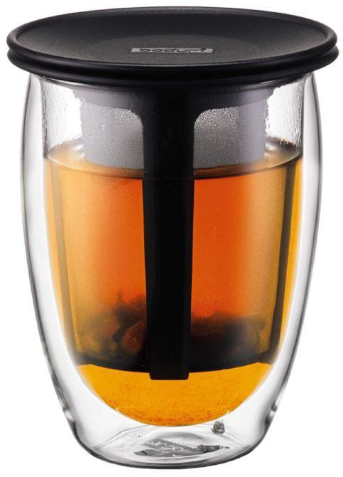 Bodum Tea for one 035 l zwart  Bodum Tea for One 035 L zwart Geniet jij altijd van een heerlijk kopje verse thee?Met de Bodum Tea for One kun jij er nog langer van genieten!Het dubbelwandige ontwerp houdt jouw thee ongelofelijk lang heet en de deksel bovenop het theezeefje helpt daarbij.De deksel kan ook onder het glas geplaatst worden als een soort schotel en het theezeefje is geschikt voor alle soorten losse thee dus leef je uit! Ook is het zeefje geschikt voor verschillende typen en maten…