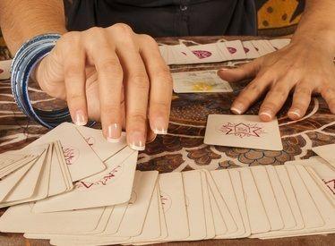La cartomancie gratuite réponse par oui ou non faite par des pros des arts divinatoires live. Les cartes de tarot pour vous aider dans vos decisions