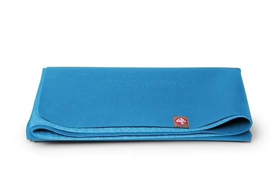 """Manduka eKO SuperLite® - reisematte eKO SuperLite Mat er en overlegen yoga reisematte som har et supert grep. Yogamatten veier ca 0,9kg og kan brettes sammen slik at det tar liten plass! Disse øko yogamattene er laget av biologisk nedbrytbart gummi som ikke falmer eller """"flasser"""" av. Uansett hvor din yogapraksis tar deg er eKO SuperLite den beste yogamatten for yogier på reise."""