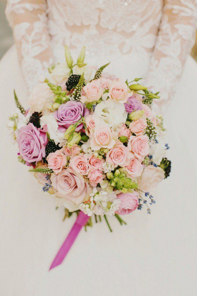 bouquet-mariée-rond-roses-lilas-rose-verdure