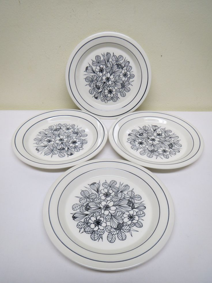 Esteri Tomulan kauniin mustavalkoisen Krokus -sarjan leipälautaset, 4 kpl.  Lautaset ovat ehjät ja siistikuntoiset, vähäisiä käytön jälkiä voi näkyä.  Halkaisija 17 cm.  15 euroa/kpl.