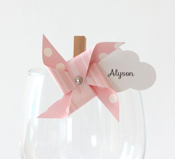 Ces marque-places seront parfaits pour un baptême ou un anniversaire sur le thème des moulins à vent afin dapporter la touche finale à votre