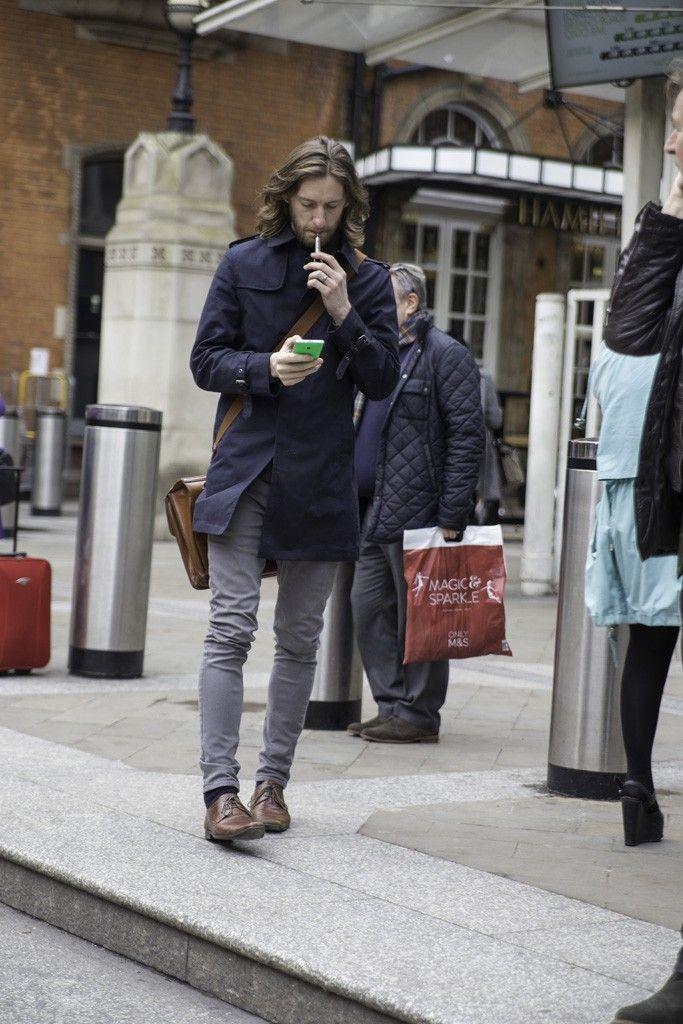 世界の2大金融街であるウォール街(米ニューヨーク)とシティ・オブ・ロンドン(英ロンドン)の金融街を歩くビジネスマンを撮影した。ニューヨークでは、ファッション感度が高く、ベースボールキャップやスニーカーを取り入れるなどスタイリングが得意。一方、ロンドンは正統派でエレガント。トレンチコートやチェスターコート、Pコート、キルティングジャケットなどのさまざまなアウターをスーツと合わせオシャレを楽しんでいる。
