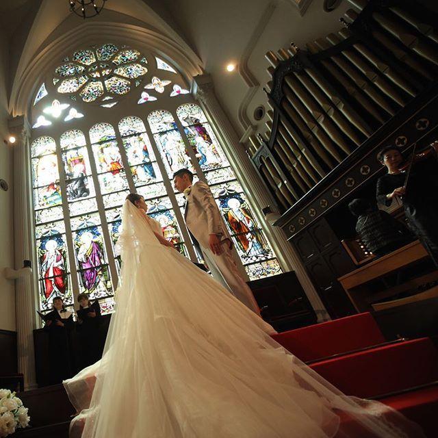 バージンロードにかかる ウェディングドレス ステンドグラスに照らされる新郎新婦様 アンティークチャペルで叶う結婚式  #神戸セントモルガン教会 #神戸結婚式場 #結婚式 #wedding #weddingdress #ステンドグラス #チャペル #アンティークチャペル #tagaya #パイプオルガン #プレ花嫁