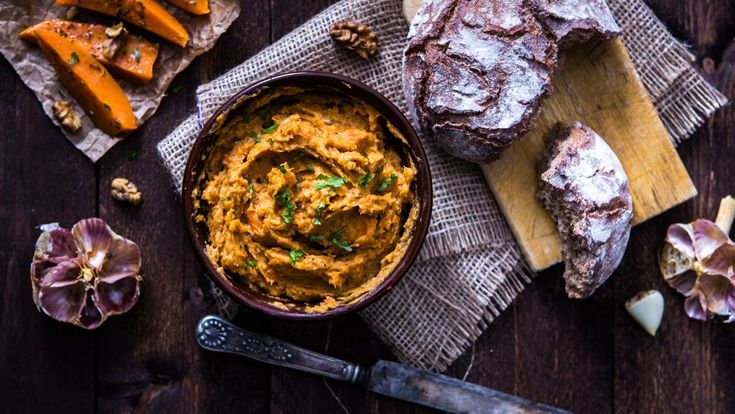 Čekáte návštěvu? Připravte skvělou batátovou pomazánku s pečeným česnekem a vlašskými ořechy. S touto úžasnou rychlovkou skvěle zabodujete i na svátečním stole nebo na blížících se večírcích.