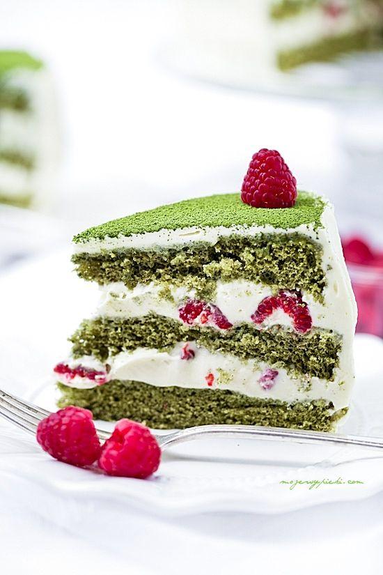 Zielony tort matcha z malinami