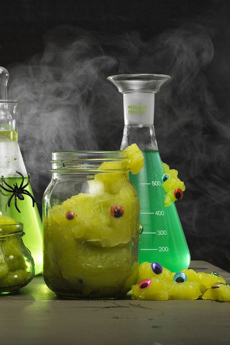 DIY slime monster for Halloween  www.panduro.com Halloween by Panduro #DIY #spooky #pyssel #eyes