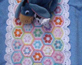 Dit is de traditionele oma Square deken. Het is haakwerk uit prachtige gekleurde acryl garen. De kleuren worden willekeurig gebruikt. Er is 59 verschillende pleinen. Deze baby deken ik met al mijn liefde maakte. Het is erg leuk, zacht en warm. Het is de perfecte decoratie voor je babywieg. Wassen door handen of een wasmachine-hand nabootsende programma en plat drogen. Grootte: 42 / 107cm / - 32-inch / 82cm /. Dit item is verzonden vanuit Bulgaria.It is op bestelling gemaakt. Laat 7 werkdag…