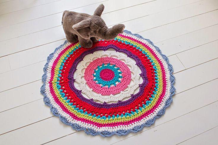 Fargerik gulvmatte - gratis oppskrift - Dottie Dee