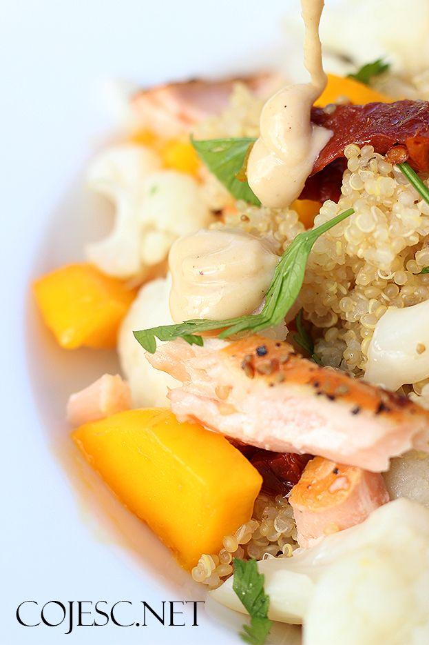 Pyszna sałatka z mango, wędzonym łososiem i orzechowym sosem