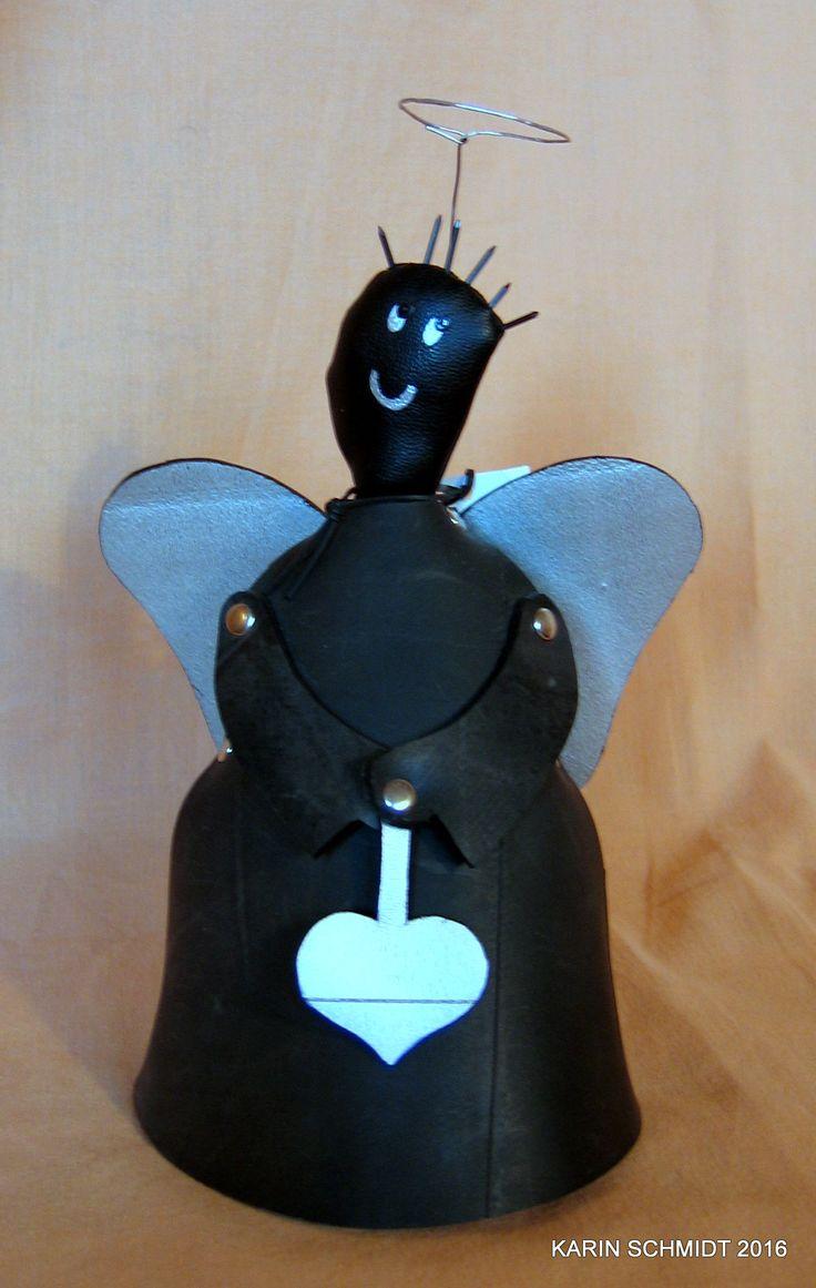 Engel lavet af brugt bilslange, ståltråd, små søm og lidt spraymaling.