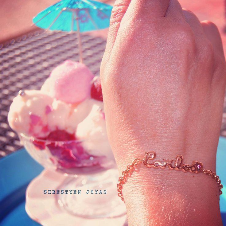 Pulsera oro rosa de 18 quilates y turmalina Rosa, personalizada con nombre. Elaborada a mano, por encargo. Joyas exclusivas. Más info: sebestyenjoyas@gmail.com