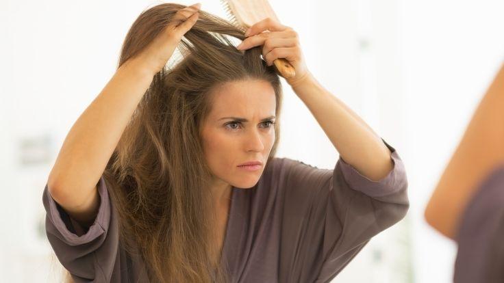 Skuteczny szampon przeciwłupieżowy, sucha skóra głowy, włosy suche, włosy uwrażliwione Nieestetyczne, zdobiące naszą głowę i ubrania płaty naskórka to łupież. Łupież może mieć wiele odmian, przy czym pojawia się również w innych rejonach ciała. Złuszczający się naskórek może być wynikiem... http://lajf-stajl.pl/kapiel-przeciwlupiezowa-specifique-od-kerastase-odzywi-i-nawilzy-sucha-skore-glowy/