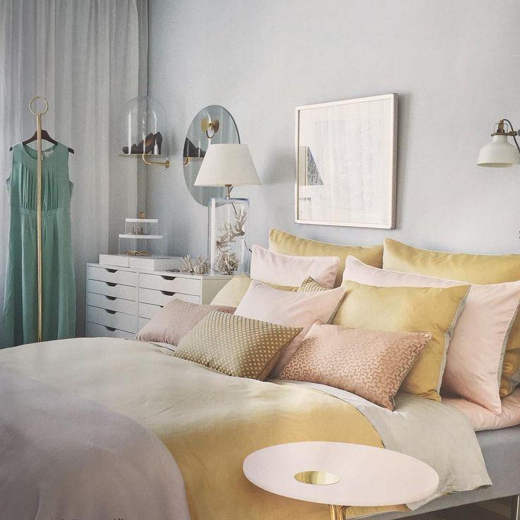 Makalöst vackert sovrum hos Agnes Bulow i senaste numret av @skonahem Jag vill ha konsolhyllan!!!!#sovrum#elegant#inbjudande#underbarfärgsättningiblektturkospuderrosaockragult