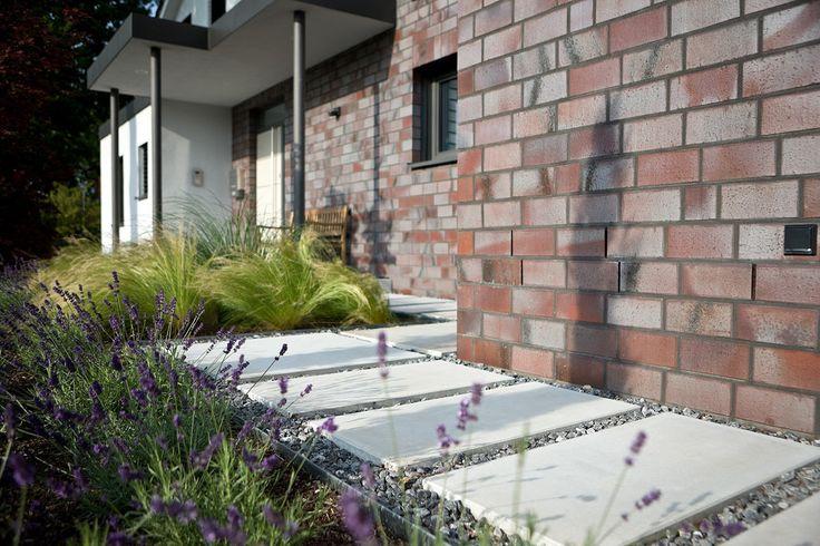Tuinpad of stapstenen? Betonnen vloerplaten in grind verzekeren u van een onderhoudsvriendelijk en robuust wandelpad.