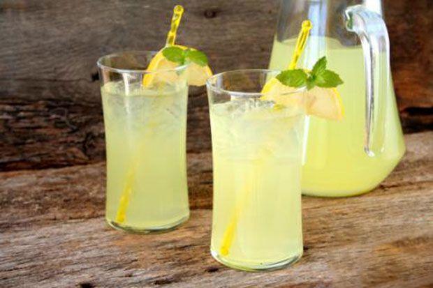 Citronnade à la menthe Weight watchers, une boisson pleine de fraîcheur au citron et à la menthe pour vous hydrater cet été.