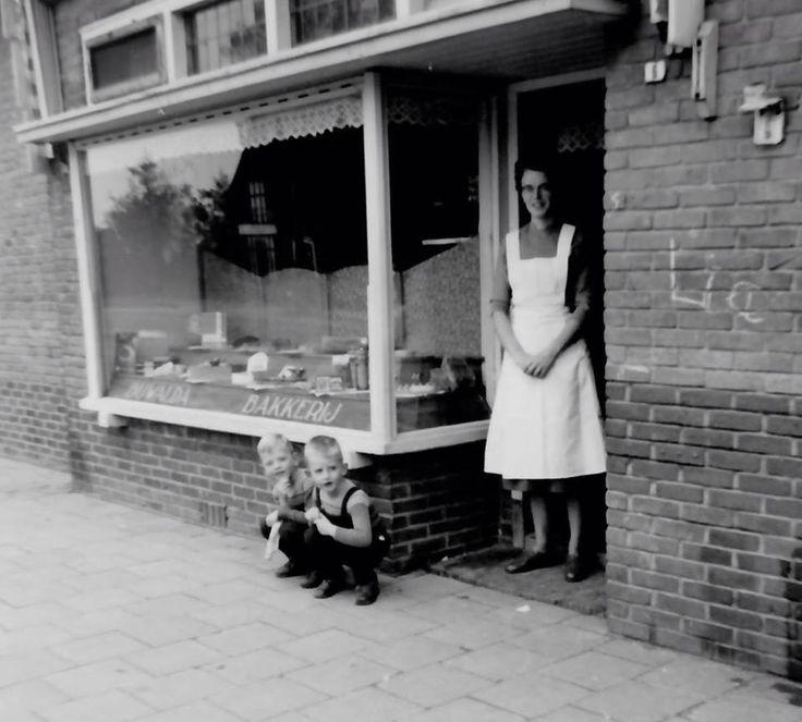 Winkelierster jaren 50, nétjes met een schort aan....Shop owner in the 50s, neatly dressed.