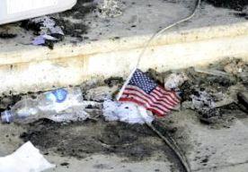 27-Jun-2014 5:55 - VERDACHTE BENGHAZI BIJNA IN VS. De hoofdverdachte van de aanslag op het Amerikaanse consulaat in de Libische stad Benghazi komt komend weekend aan in de VS. Dat hebben Amerikaanse functionarissen gezegd tegen het Britse persbureau Reuters. De vermoedelijke dader, Ahmed Abu Khattala, is aan boord van het transportschip USS New York. Bij de aanslag in Benghazi in september 2012 kwamen vier Amerikanen om, onder wie ambassadeur Chris Stevens. Op 15 juni werd Khattala in...