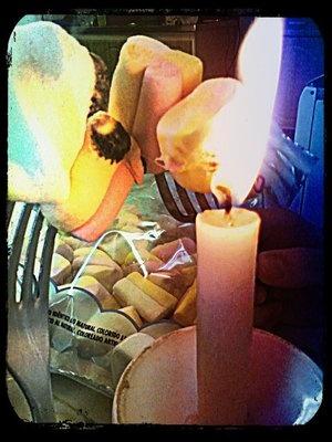 Assando marshmallow na chama da vela. Fu-én!