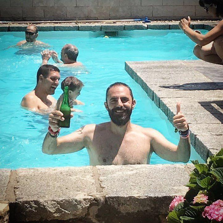 Sonrisa de oreja a oreja alhambra en mano rodeado de gente maravillosa y en remojo...no puedo estar mejor!  gracias @peloplata por un dia inolvidable que cumplas muchos más y sigas siendo tan increíblemente cojonudo. #water #pool #swim #beer #picoftheday #photooftheday #instadaily #instacool #cool #happy #guy #magic #friends #family #happiness #love #fun #relax #free #hungry #rest #june @cervezasalhambra_es