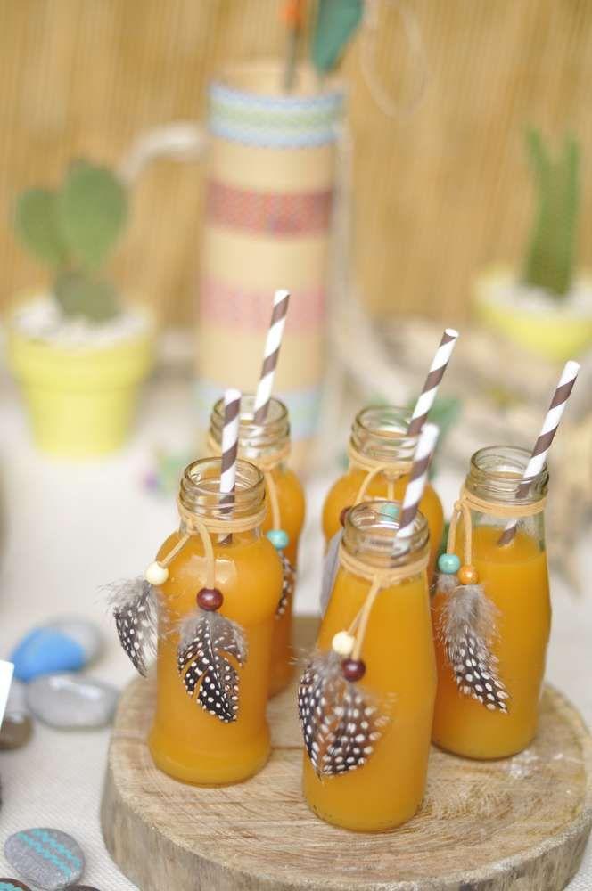 Ajouter des plumes sur des petites bouteilles en verre #indian #party #birthday #kids