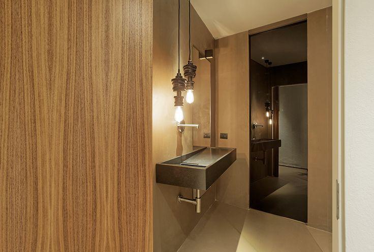 Linvisibile Marea Pocket door, dark glass panel.  #internaldoors #invisibledoors #showroom #designdoors